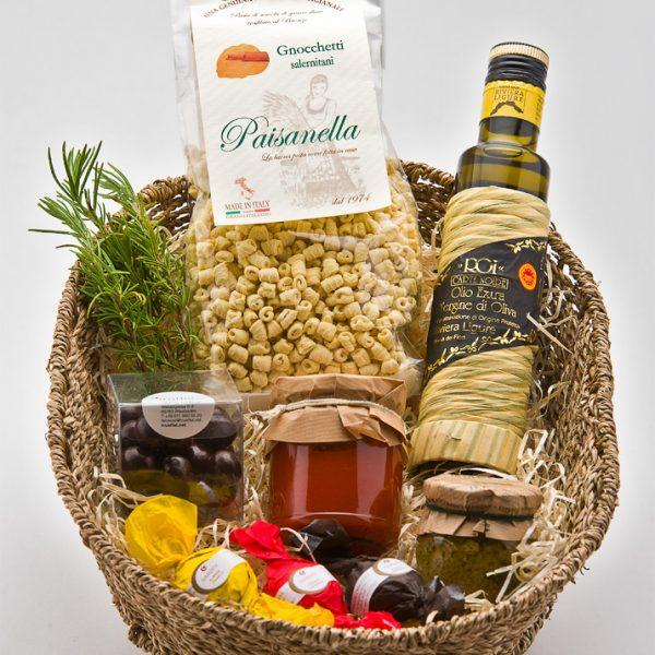 Präsentkorb mit Nudeln, Olivenöl und Tomatensoße
